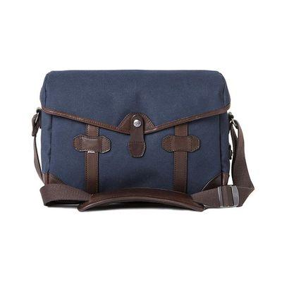 Für weitere Info hier klicken. Artikel: Barber Shop Small Messenger Pageboy blue canvas - dark brown leather