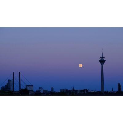 Für weitere Info hier klicken. Artikel: Vollmond über der Skyline von Düsseldorf 19.04.19