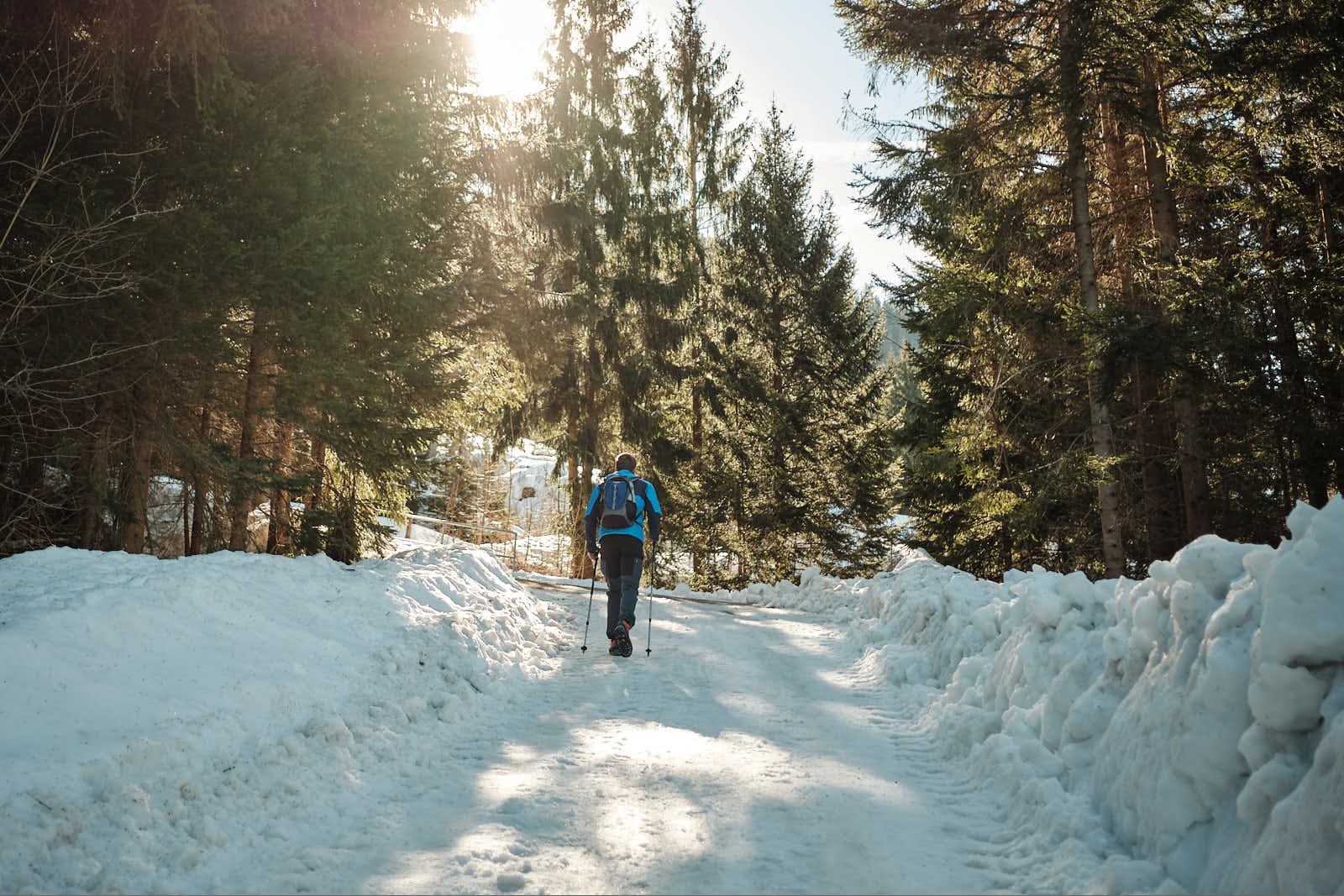 Schneebedeckter Weg im Wald