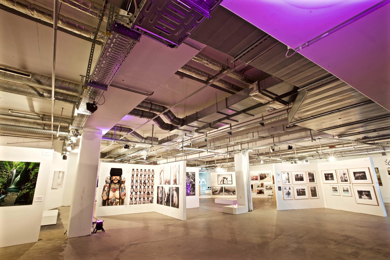Halle der Ausstellung mit Bildern