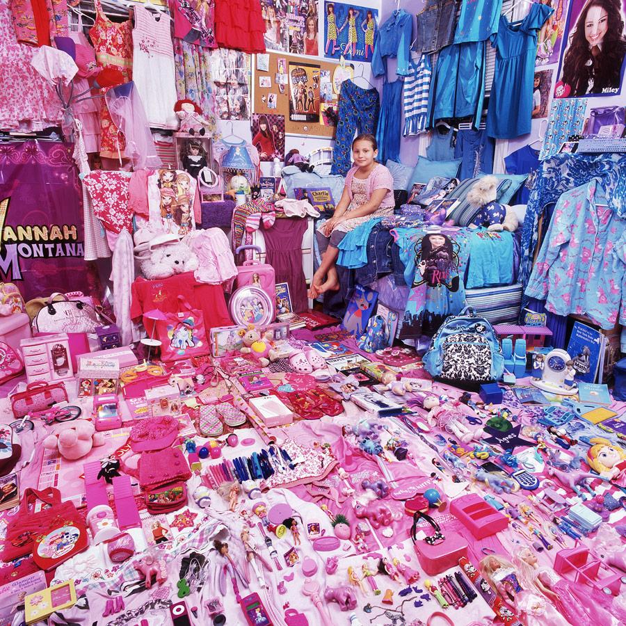 Mädchen in ihrem pinken Zimmer