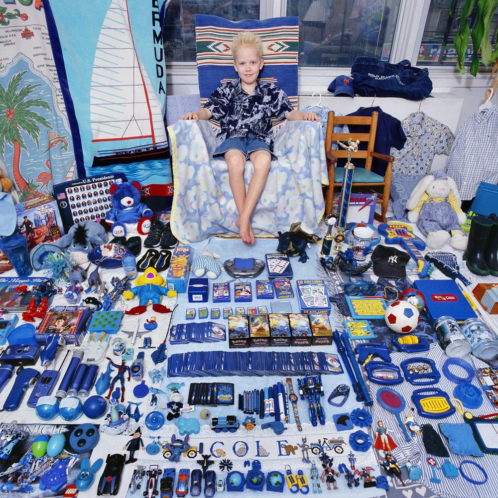 Junge mit blauen Spielsachen