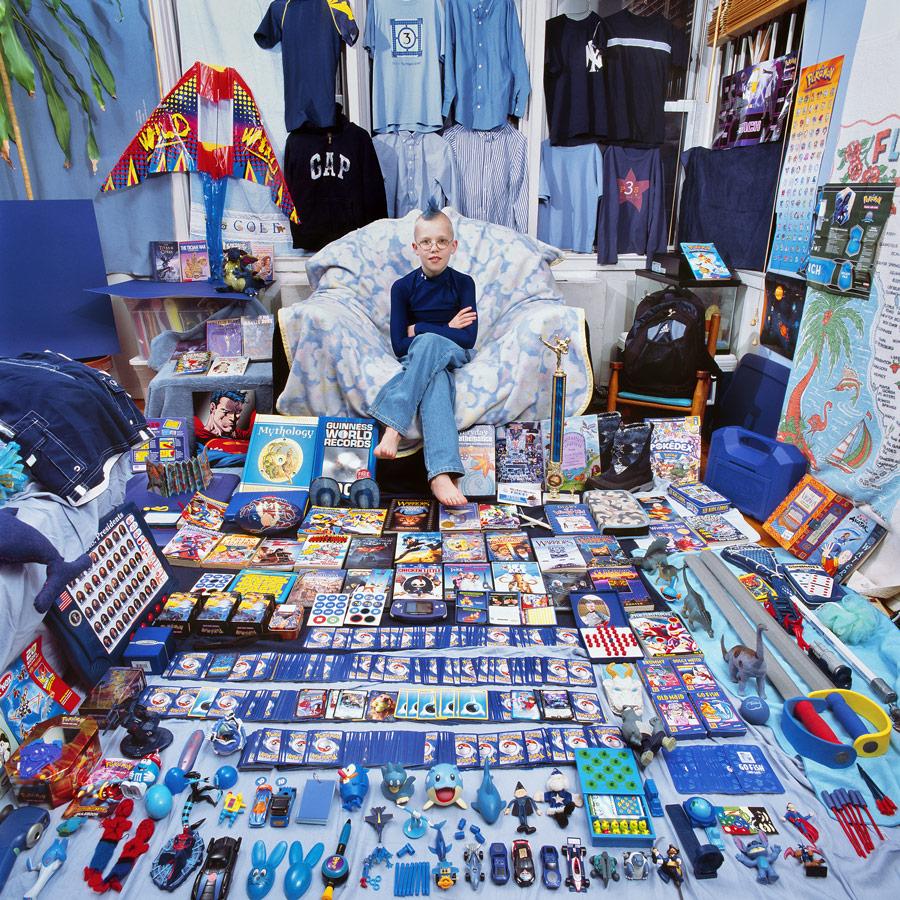 Junge mit blauen Haaren