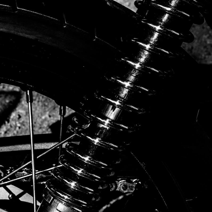foto-koch-artikel-thomas-stelzmann-silberstreifen-federbein-eines-alten-motorrades