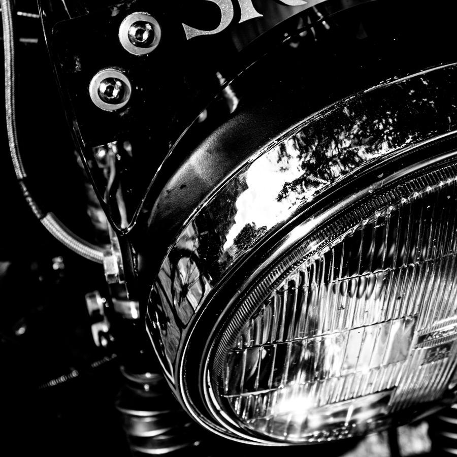 foto-koch-artikel-thomas-stelzmann-silberstreifen-frontscheinwerfer-eines-altes-motorrades