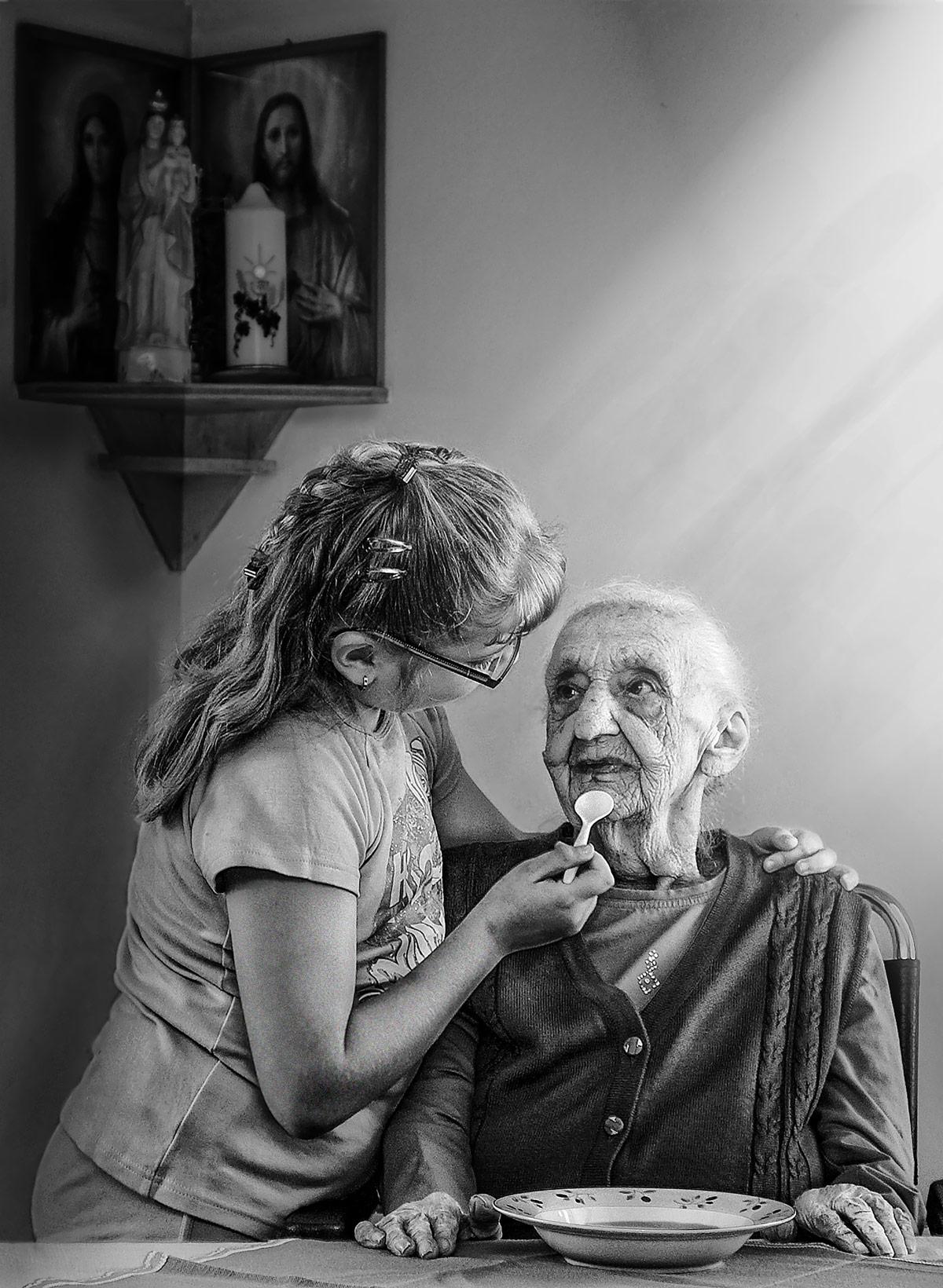 Kind füttert Oma