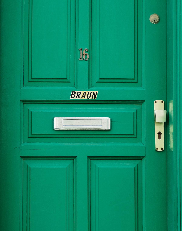 Braune Schrift auf grüner Tür