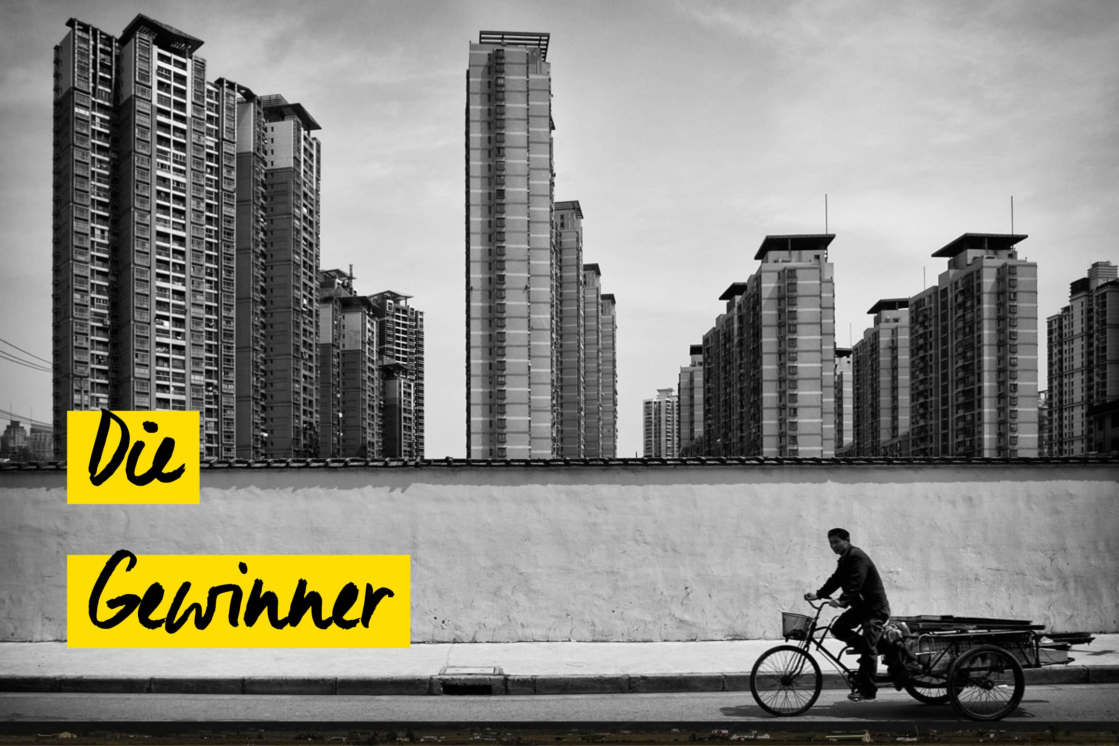Mann auf Fahrrad vor Shanghai Skyline