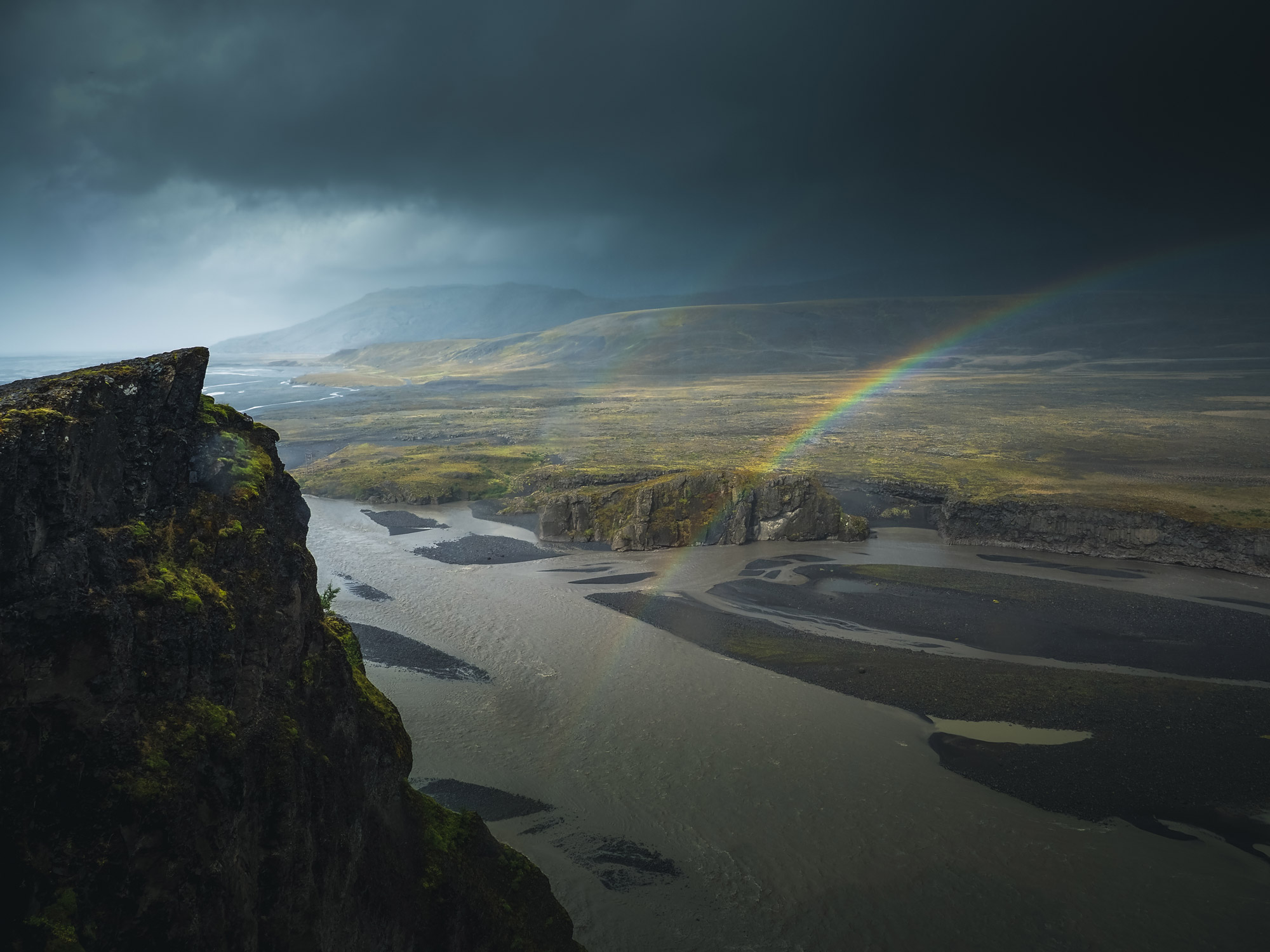 Regenbogen in isländischer Landschaft