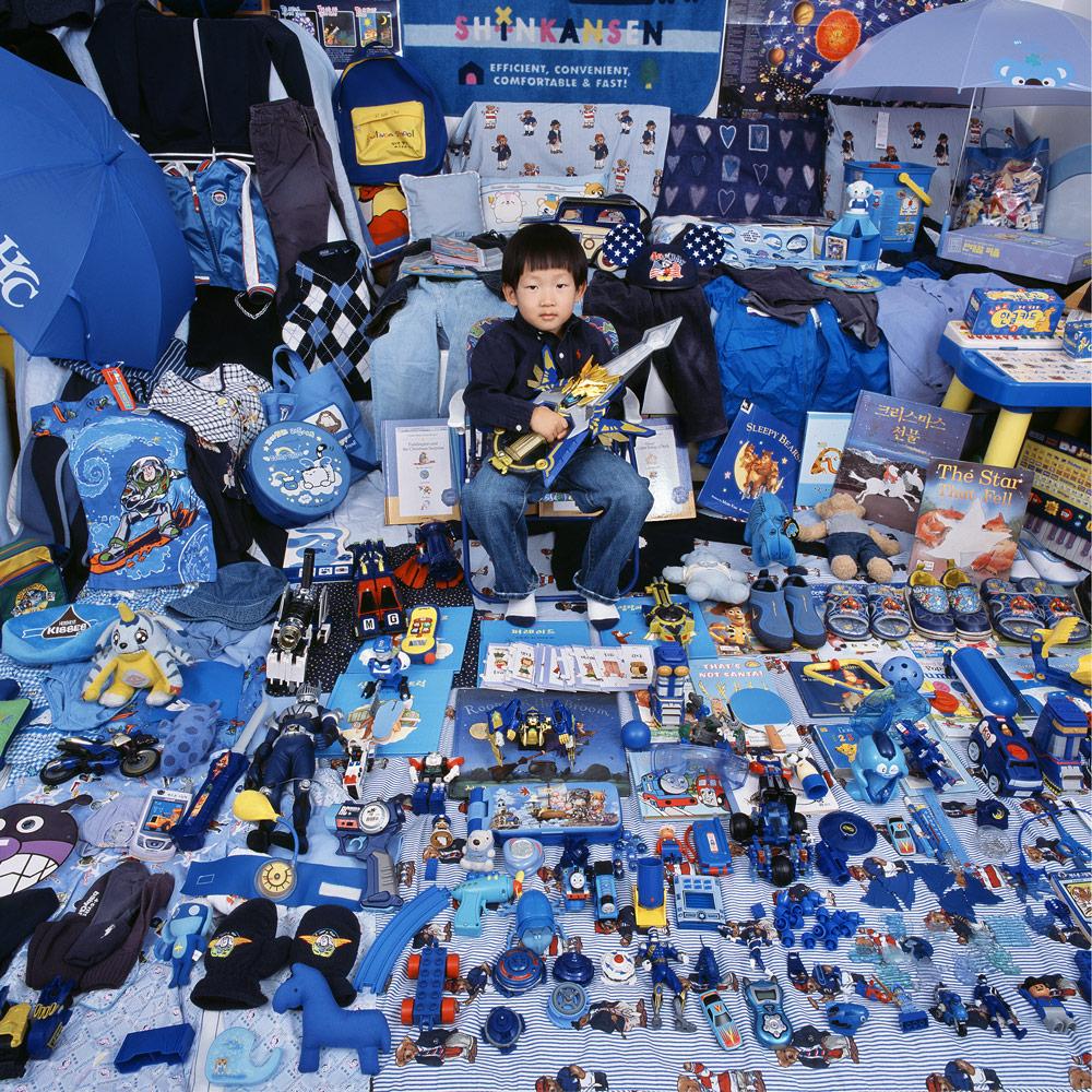 Junge in seinem Kinderzimmer