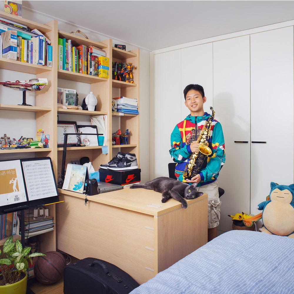 Junge in seinem Jugendzimmer