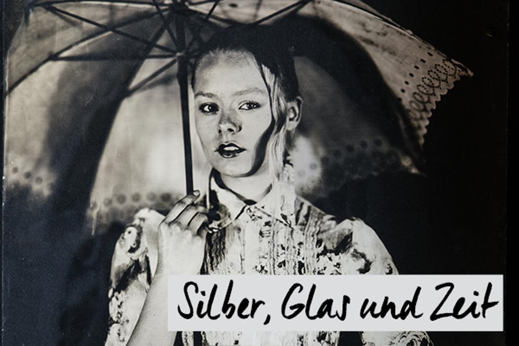 Frau unter Schirm