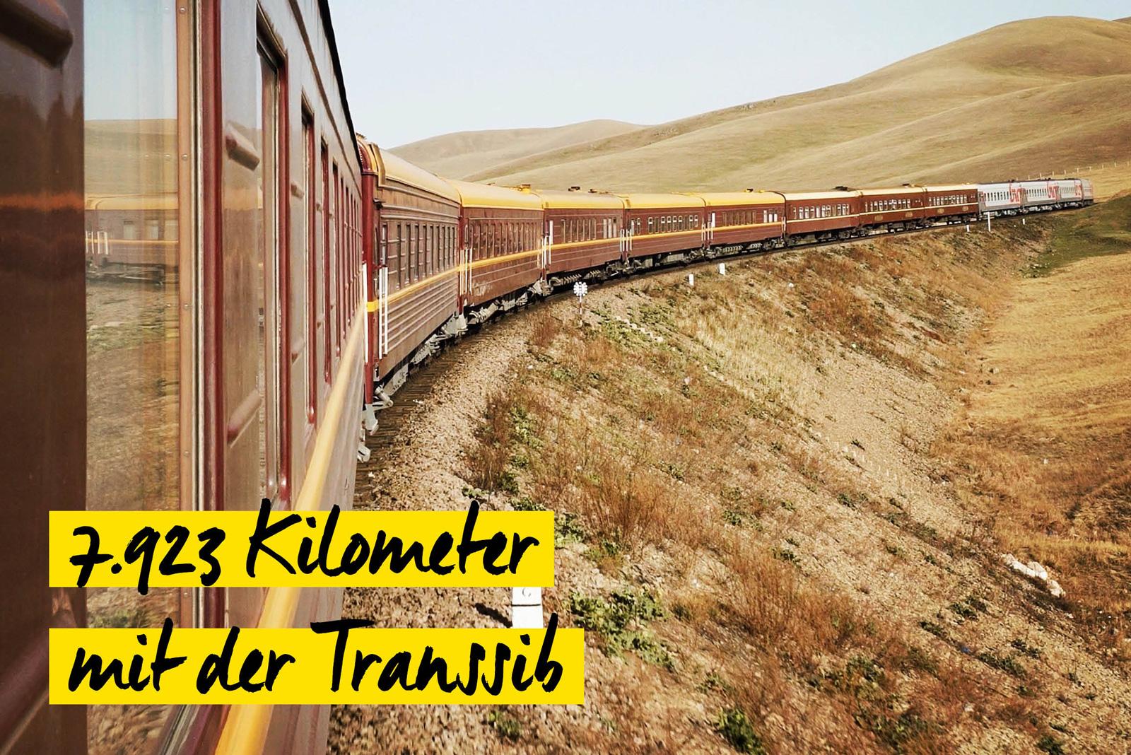 Transsibirische Eisenbahn in karger Landschaft