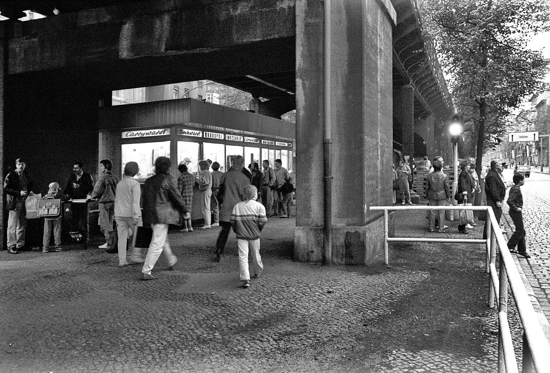 Laden unter Brücke
