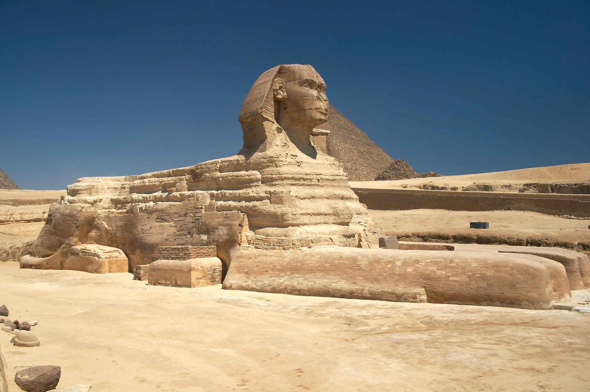 Sphinx von Gizeh mit der Pyramide